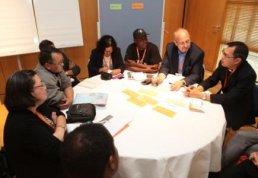 Diskussionsrunde am World Café-Tisch mit Frère Dindo Vitug